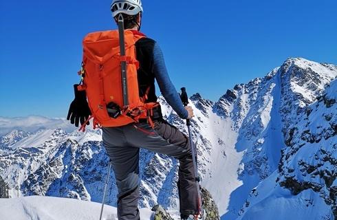 89006b6224 Recenzia Fjällräven Bergtagen 38 – technický batoh Robustný strohý  technický batoh z nepremokavého materiálu Bergshell do vyšších hôr.